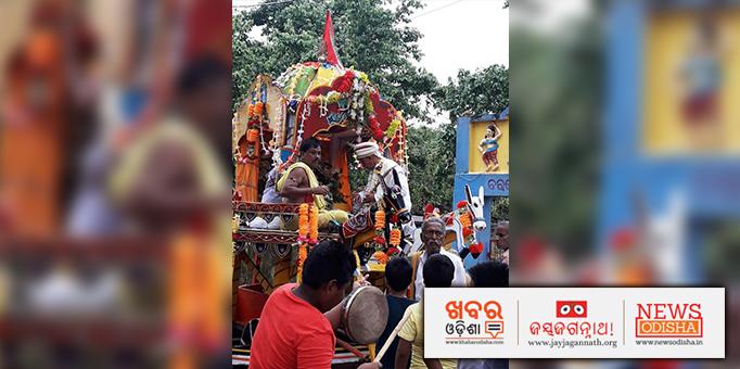 Jay Jagannath: Chera-Pahanra-ritual-on-the-chariot-ar-Gadakana