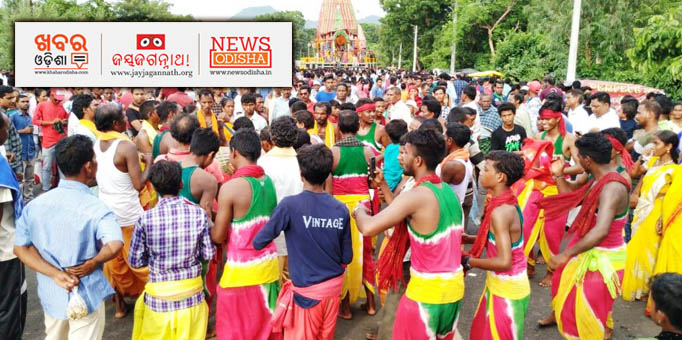 Devotees performing Keertana in front of the chariot, pictures from Gunupur